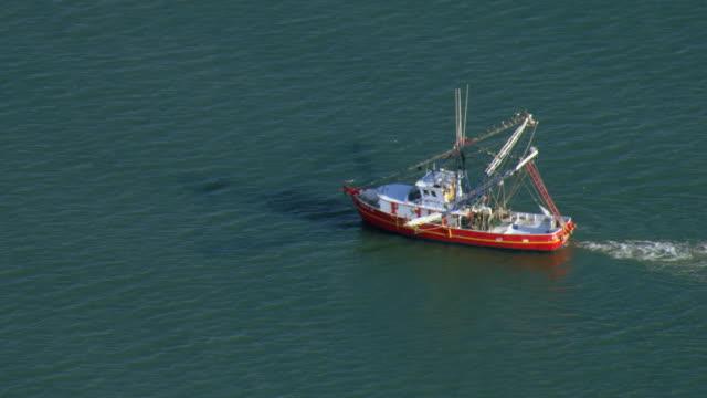 stockvideo's en b-roll-footage met fishing trawler in gulf of mexico - vissersboot