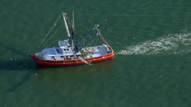 vidéos et rushes de fishing trawler in gulf - golfe du mexique