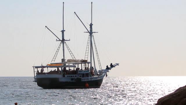 vídeos de stock, filmes e b-roll de traineira de pesca velas em mar aberto - the hague