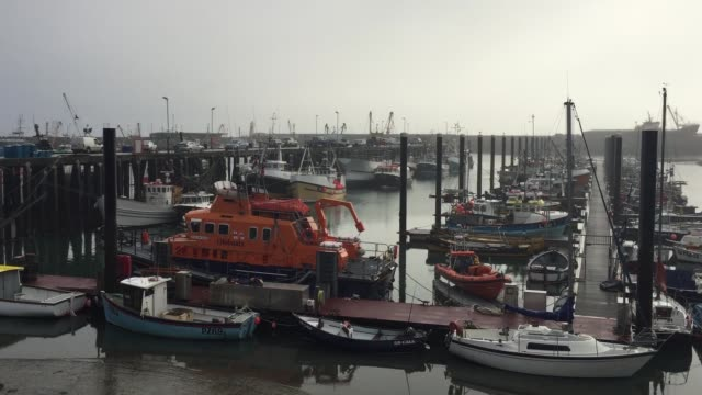 vídeos de stock e filmes b-roll de fishing trawlers at newlyn harbour - aldeia de pescador