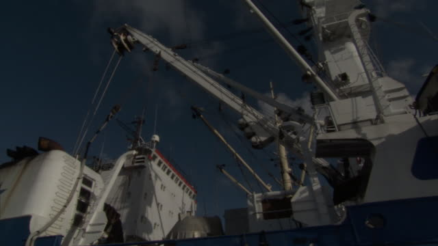 vídeos de stock, filmes e b-roll de fishing vessel lies at anchorage, pohnpei, fsm - indústria da pesca