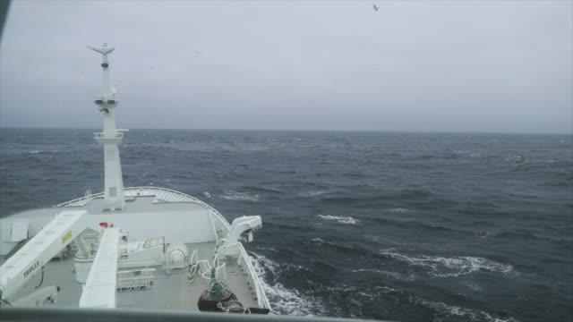 vidéos et rushes de pêche bateau bateaux dans une mer agitée - chalutier