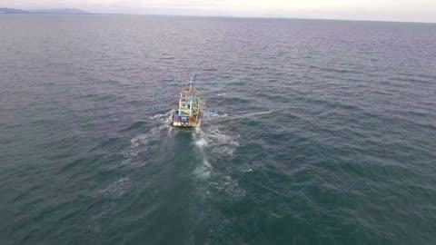 stockvideo's en b-roll-footage met visserij-trawler boot in oceaan met drone. vliegen aanpak geschoten. - fishing industry