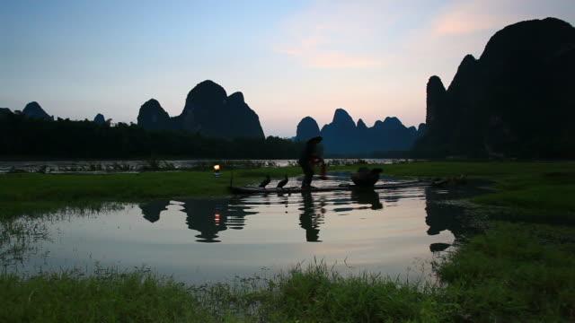 vídeos de stock, filmes e b-roll de na li jiang river fishman - yunnan province