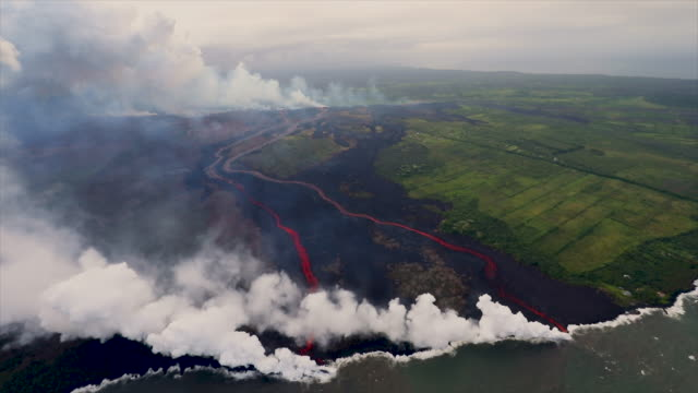 stockvideo's en b-roll-footage met fissures 7 and 21 became increasingly active in the afternoon resulting in a new flow crossing kahukai street within the radius of mohala and kaupili... - active volcano