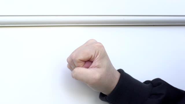 vídeos de stock, filmes e b-roll de primeira a bater em branco porta-super câmera lenta - porta