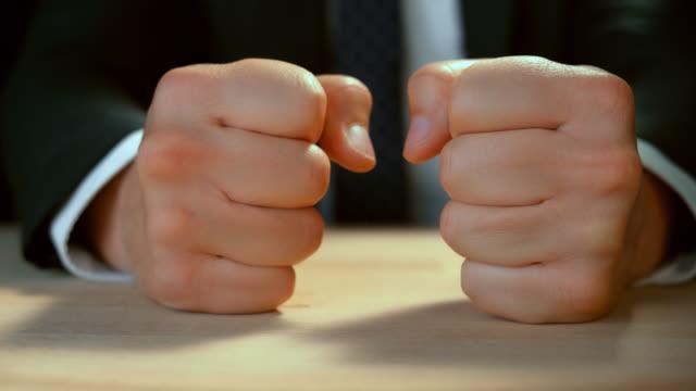机にぶつかるビジネスマンのslo mo ld拳 - hitting点の映像素材/bロール