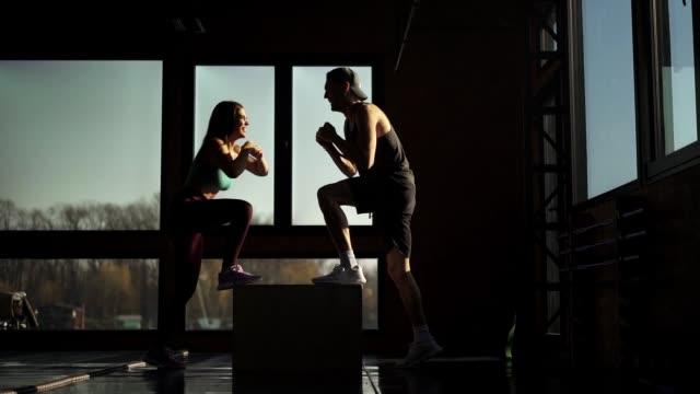 ジムで運動するカップルにフィット - 自制心点の映像素材/bロール