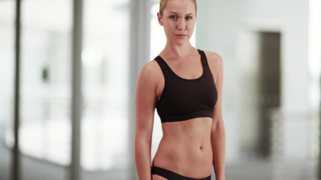 fit english woman standing at the gym - haltung stock-videos und b-roll-filmmaterial