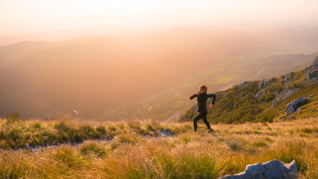 vídeos de stock, filmes e b-roll de ar livre formação de ajuste corredor feminino - colina acima