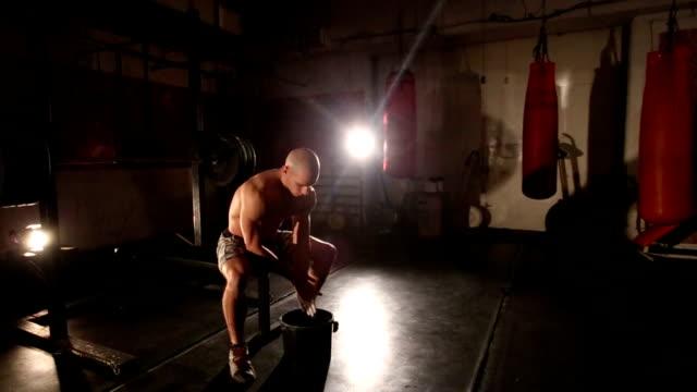 kreiden passen mann seine hände im fitness-center - eimer stock-videos und b-roll-filmmaterial