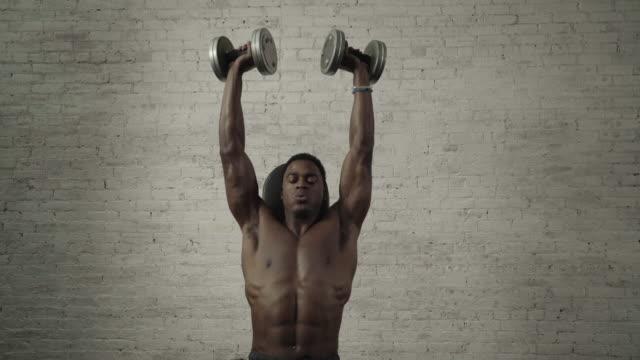 vídeos y material grabado en eventos de stock de fit man does shoulder excercise - articulación humana