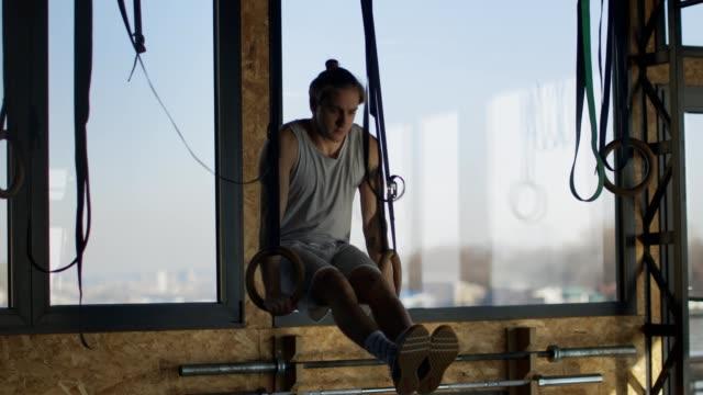 体操リングで運動するフィットマン - 自制心点の映像素材/bロール