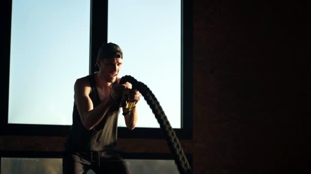 フィットマンはロープで筋力トレーニングを持っています - 自制心点の映像素材/bロール