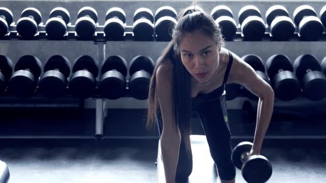 vídeos y material grabado en eventos de stock de mancuernas de ejercicios fit mujer deportiva en gimnasio - brazo humano