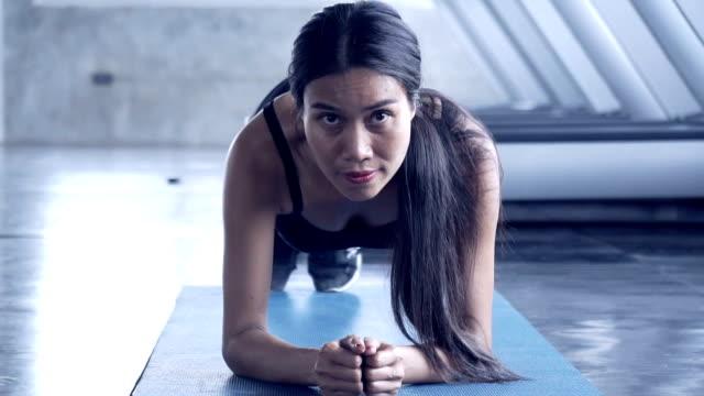 vídeos y material grabado en eventos de stock de ajuste ejercicios mujer deportiva en gimnasio - mejora personal