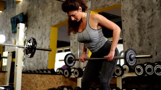 vídeos y material grabado en eventos de stock de fit mujer ejercitándose en el gimnasio - miembro humano