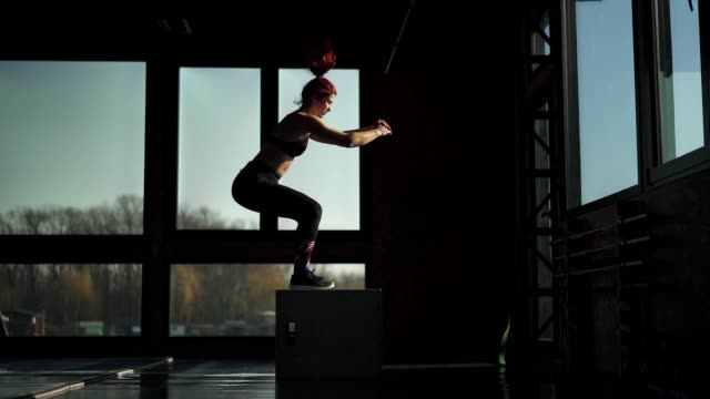 vídeos de stock, filmes e b-roll de fit mulher se exercitando na academia - treino cruzado