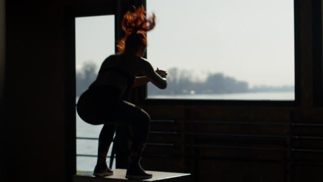 ジムで運動するフィット女性 - 自制心点の映像素材/bロール