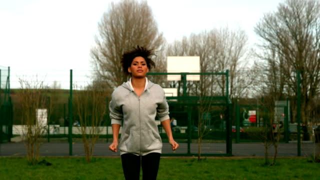 fit woman exercising outside - tjänstekvinna bildbanksvideor och videomaterial från bakom kulisserna