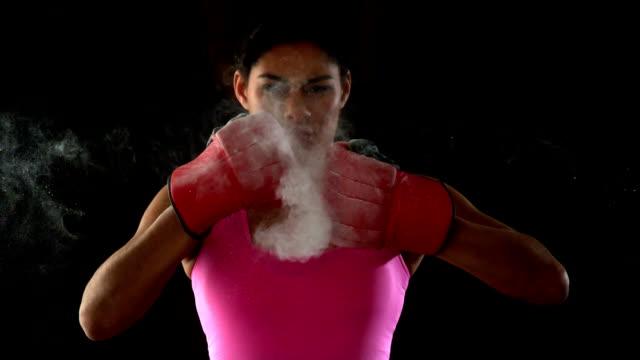 vídeos de stock, filmes e b-roll de ajuste mulher na cor-de-rosa punho erguido em - instrutor de fitness