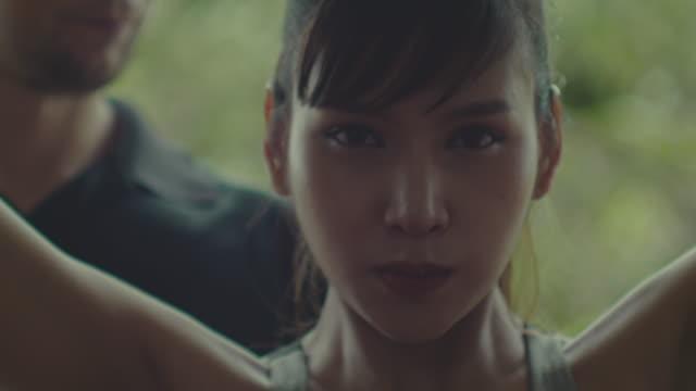 stockvideo's en b-roll-footage met geschikte vrouw met geschiktheidstrainer thuis - oefeningen met lichaamsgewicht