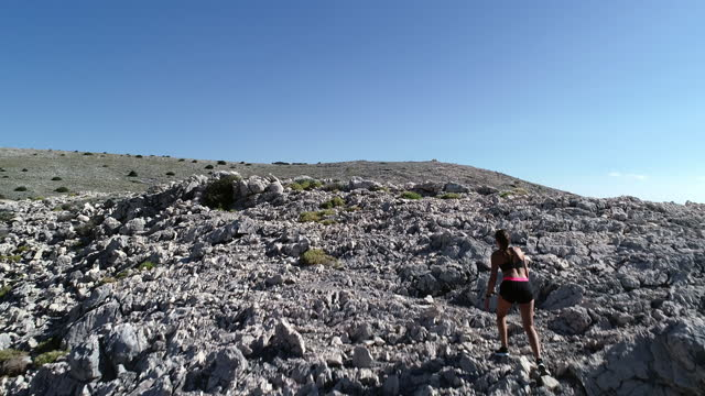 極端な地形に若い女性のトレーニングをフィット - 女子トラック競技点の映像素材/bロール