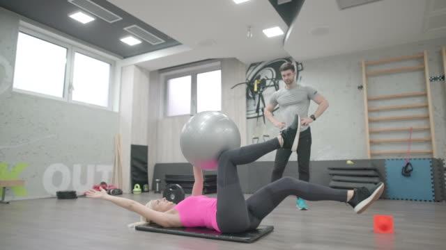 フィットネス ボール トレーニング - フィットネスボール点の映像素材/bロール