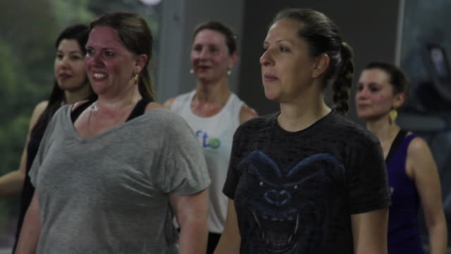 fitness classes - older woman fun stock-videos und b-roll-filmmaterial
