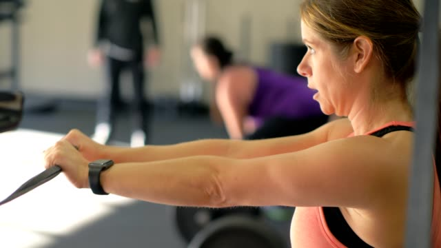 stockvideo's en b-roll-footage met fitness classes - krachttraining