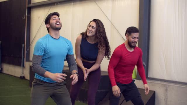 fitness coach working out with people in a gym - motivation bildbanksvideor och videomaterial från bakom kulisserna