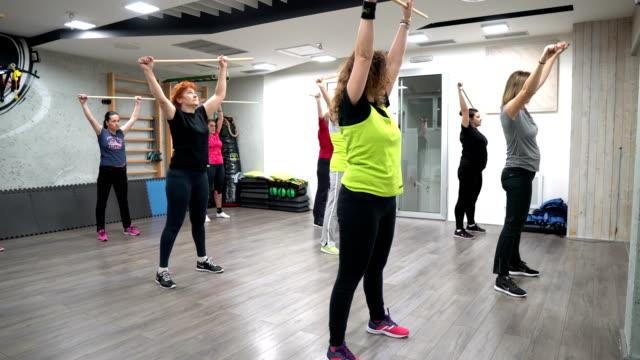vídeos de stock, filmes e b-roll de exercício da aptidão para mulheres maduras - aula de exercícios