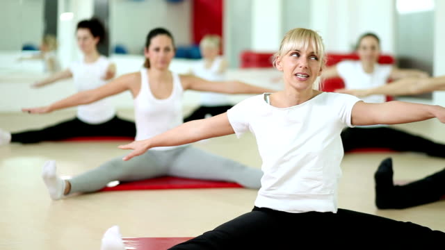 fitness training - fitnesskurs stock-videos und b-roll-filmmaterial