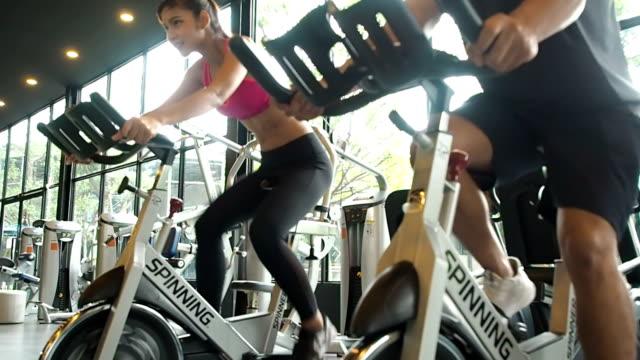 フィットネスヘルスケアコンセプト.ジムでスピニングクラススポーツで運動する人 - 人体点の映像素材/bロール