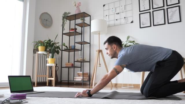 vidéos et rushes de instructeur de remise en forme exercice push ups à la maison. vlogger montrant comment faire de l'exercice pour perdre du poids - 40 44 ans