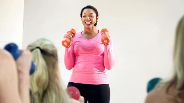 Fitness instructeur leidt oefening klasse van vrouwen