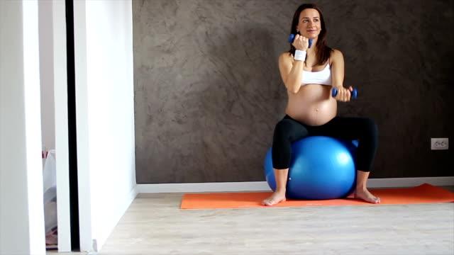 stockvideo's en b-roll-footage met fitness is the key to a healthy pregnancy - fitnessbal