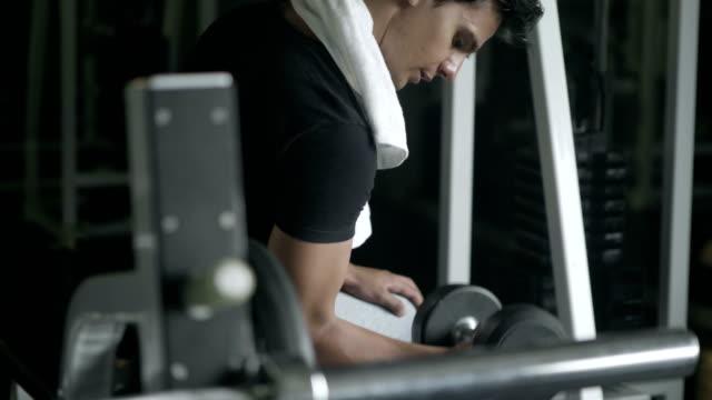 vidéos et rushes de remise en forme avec machine barbell - poids pour la musculation