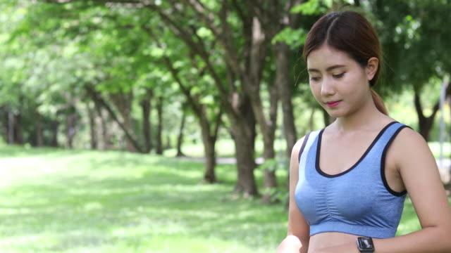 都市公園におけるを暖かいを行うフィットネス女性。屋外で運動の美しい若い女性モデル