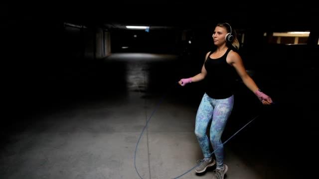 vídeos de stock e filmes b-roll de fitness woman jumping the rope - saltar à corda