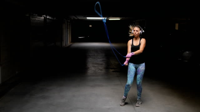 stockvideo's en b-roll-footage met fitness vrouw de springtouw - huppelen