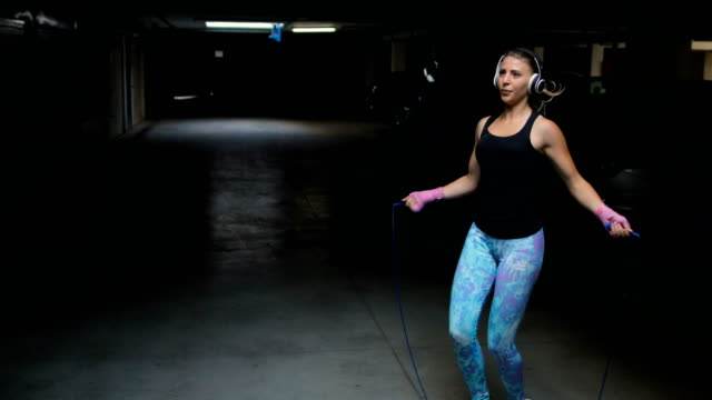 fitness kvinna hoppa rep - hopprep rep bildbanksvideor och videomaterial från bakom kulisserna