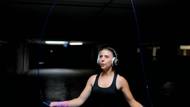 fitness-frau das seilspringen - menschlicher muskel stock-videos und b-roll-filmmaterial