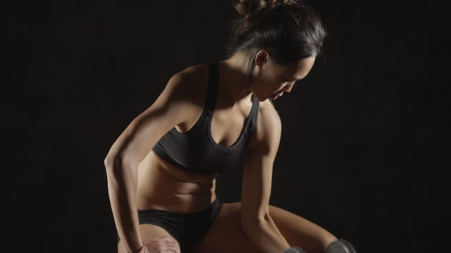 vidéos et rushes de fitness woman sweating from lifting weights - bras humain