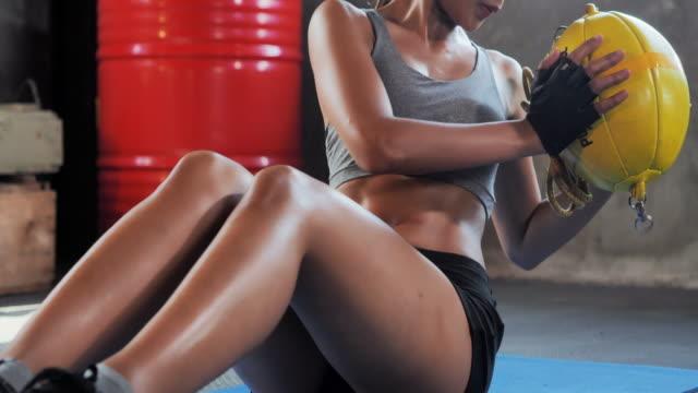 vídeos y material grabado en eventos de stock de mujer fitness haciendo ejercicio en los músculos centrales en el gimnasio. entrenamiento de gimnasio de culturismo rutina.mujeres en el deporte - pilates