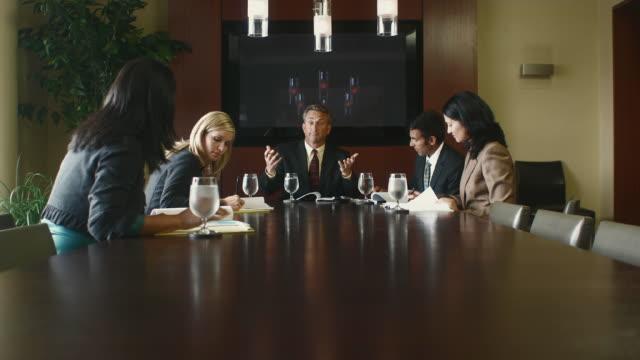 ms tu five business associates discussing plans in boardroom / bellevue, washington, usa - 全套西裝 個影片檔及 b 捲影像