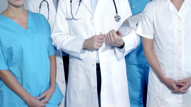 vidéos et rushes de five doctors, portrait - fond gris