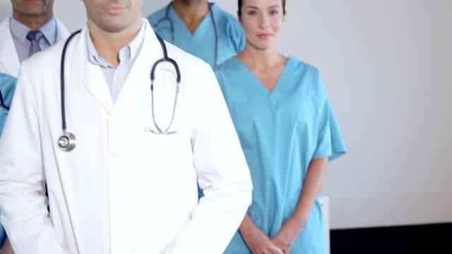 vídeos de stock e filmes b-roll de five doctors, portrait - bata cirúrgica