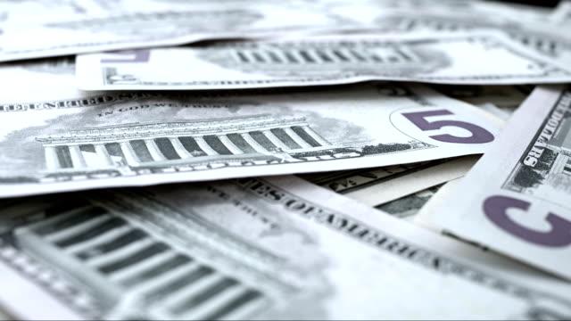 vídeos y material grabado en eventos de stock de billete de cinco dólares estadounidense giratorio - billete de cinco dólares estadounidense