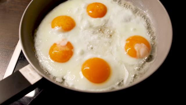 fünf eier in einer pfanne - fünf gegenstände stock-videos und b-roll-filmmaterial